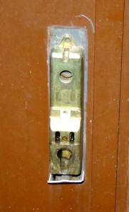 Une serrure cassée peut être remplacée en moins de temps par un serrurier.