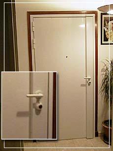 Un artisan professionnel intervient pour installer un blindage anti effraction sur votre porte.