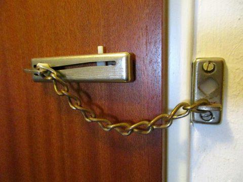Installer un entrebâilleur de porte est une opération que nos artisans réalisent en moins de temps