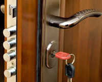 Pour sécuriser vos logements, faites installer une serrure multipoint par un expert.